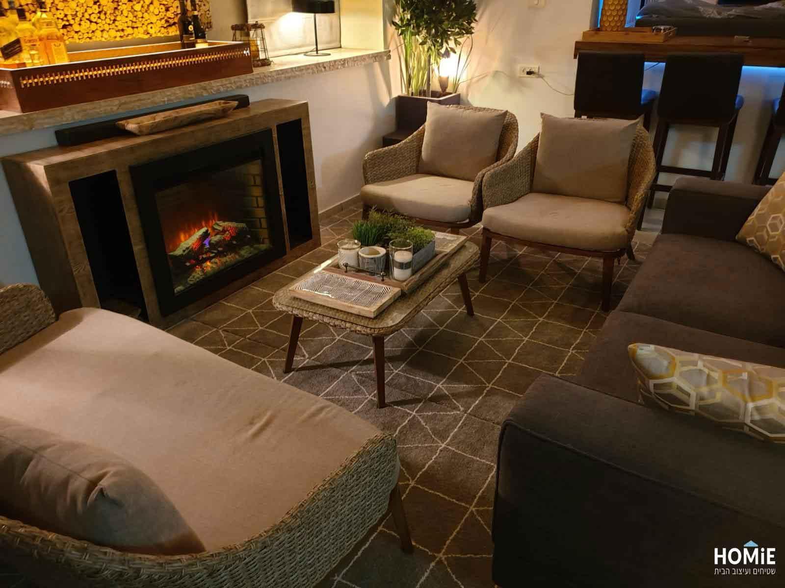 שטיח גיאומטרי אפור לבן מרובעים ומשולשים