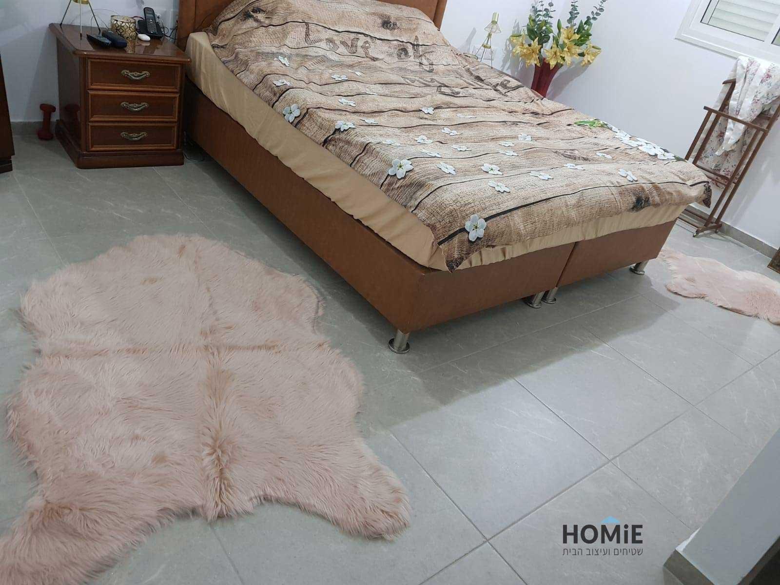 שטיחי פרווה בצבע ורוד מעושן בחדר השינה
