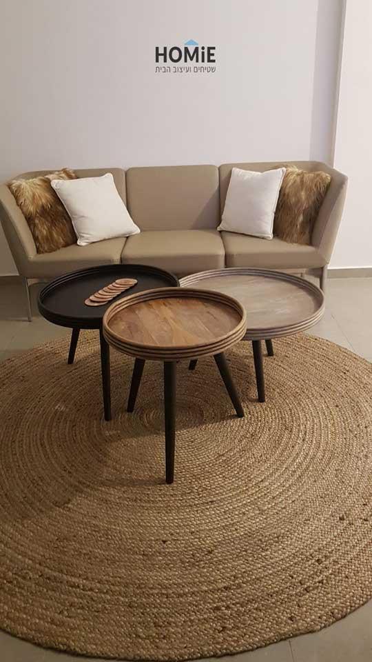 שטיח חבל עגול עבודת יד בסלון של יהודה