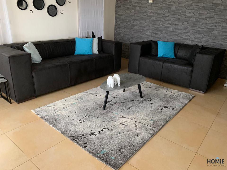 שטיח אבסטרקטי מודרני אפור טורקיז בסלון המהמם של דיקלה