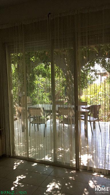 וילון חוטים דקורטיבי בסלון של עינב
