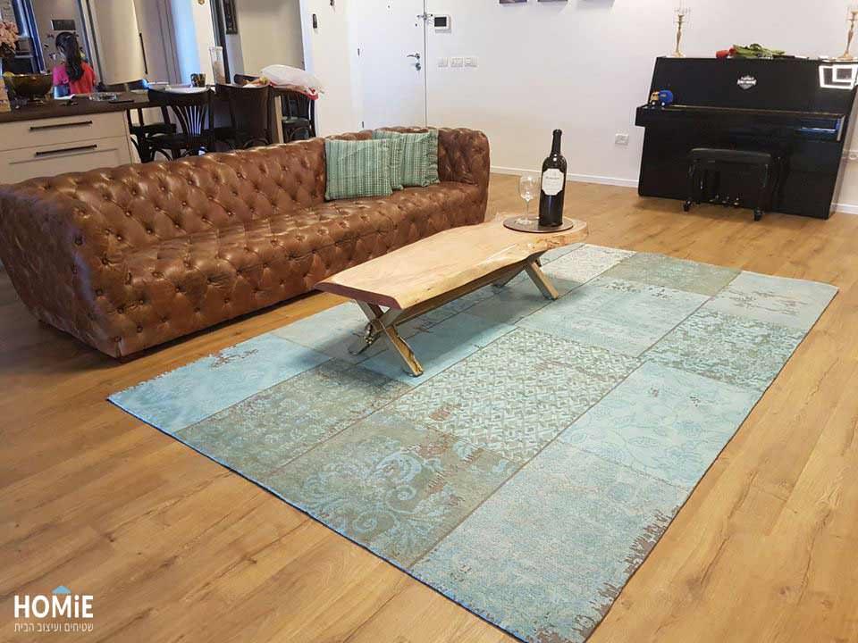 שטיח טלאים טורקיז ריביירה בסלון של קרן