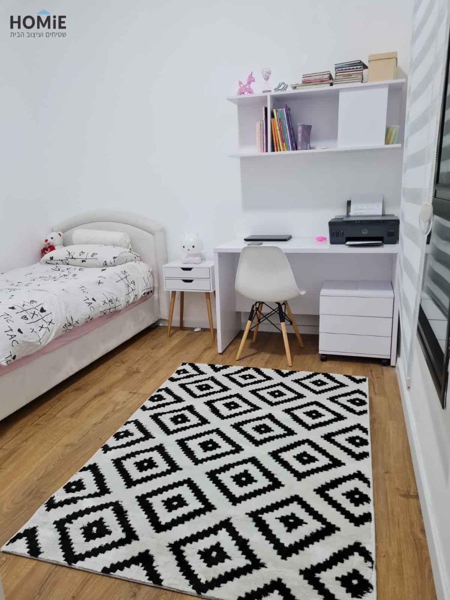שטיח גיאומטרי מעויינים מודרני שחור לבן לחדר ילדים