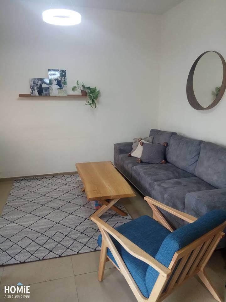 שטיח גיאומטרי מעויינים לסלון בצבע שחור ושמנת