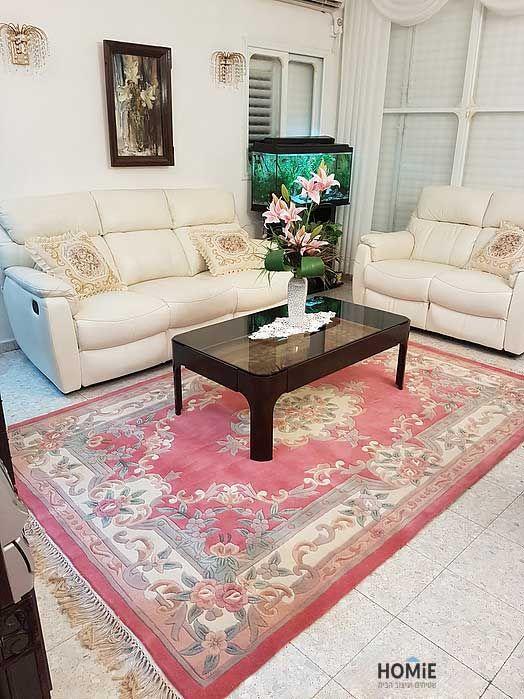 שטיח סיני ורוד צמר עבודת יד בסלון של דבורה ומויישה