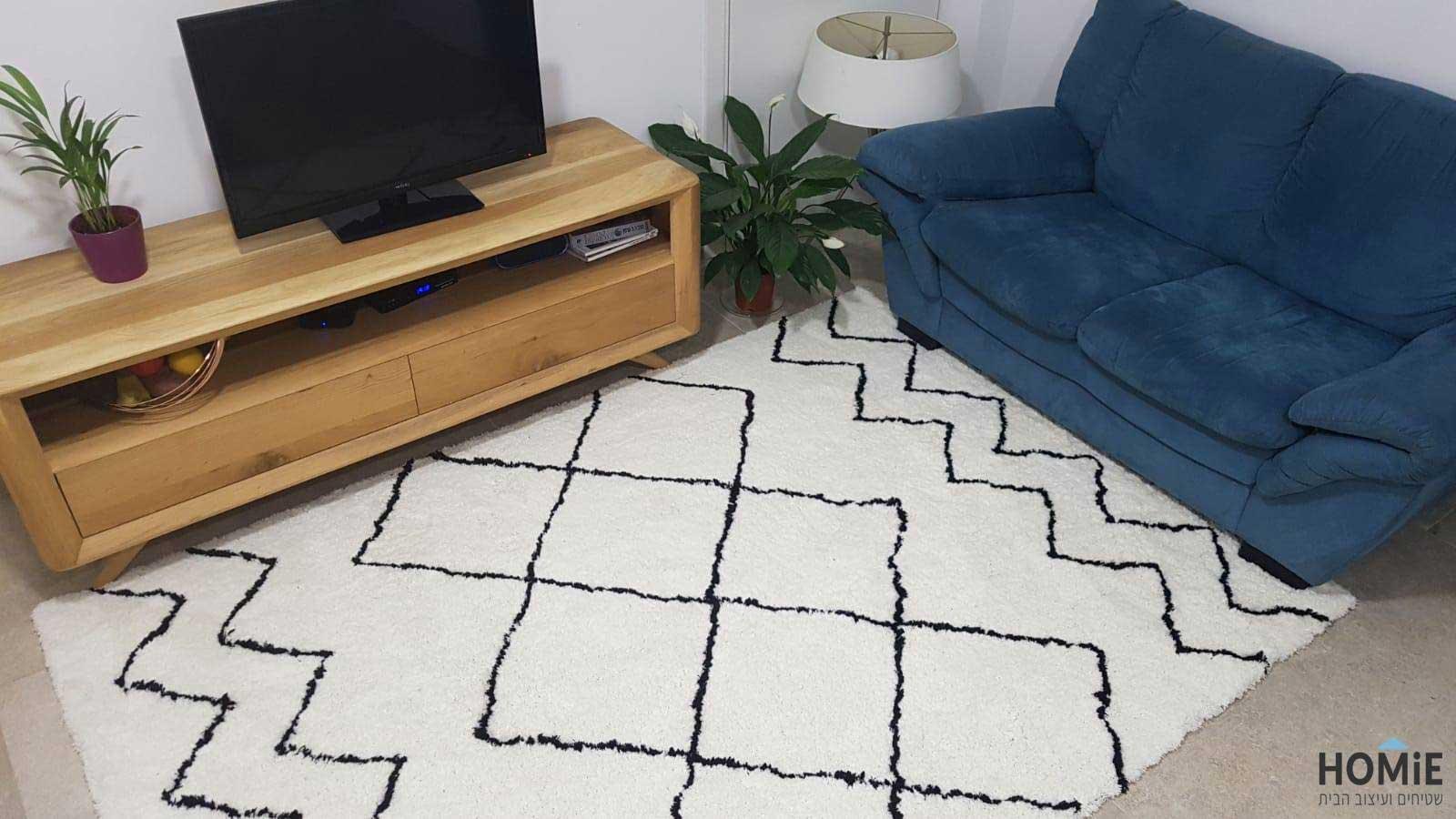 שטיח ברבר מרוקאי שחור לבן בסלון של מוריה