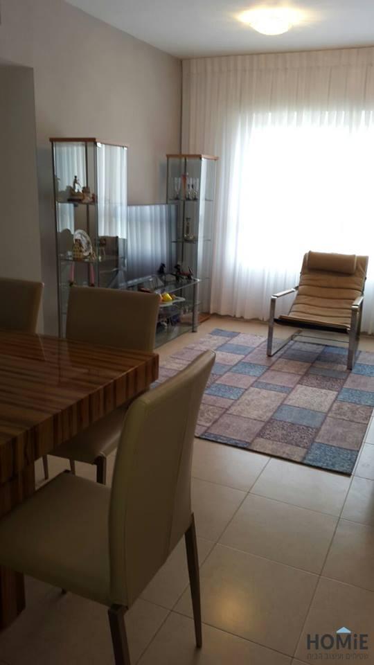 שטיח טלאים אפור טורקיז בסלון של מילה