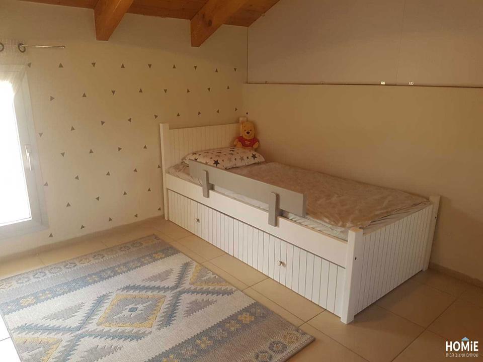 שטיח חבל כחול צהוב בחדר ילדים